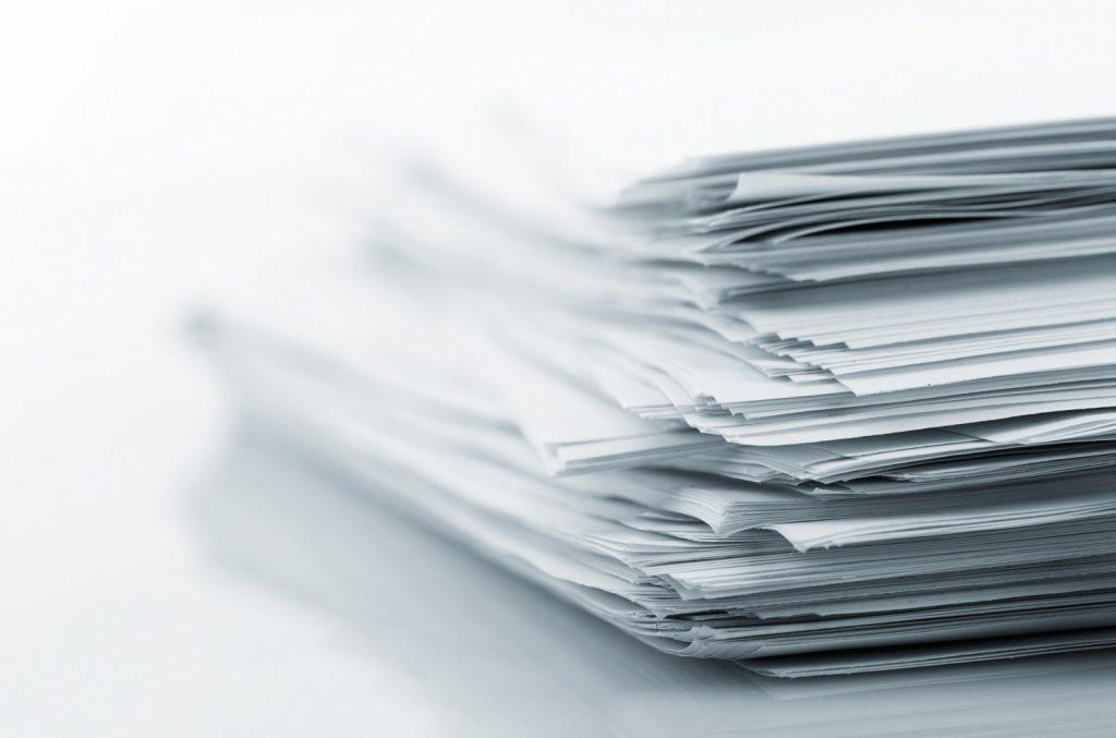 Komplementäre Führung: Stapel Papier als Symbol für den Entwicklungsstand